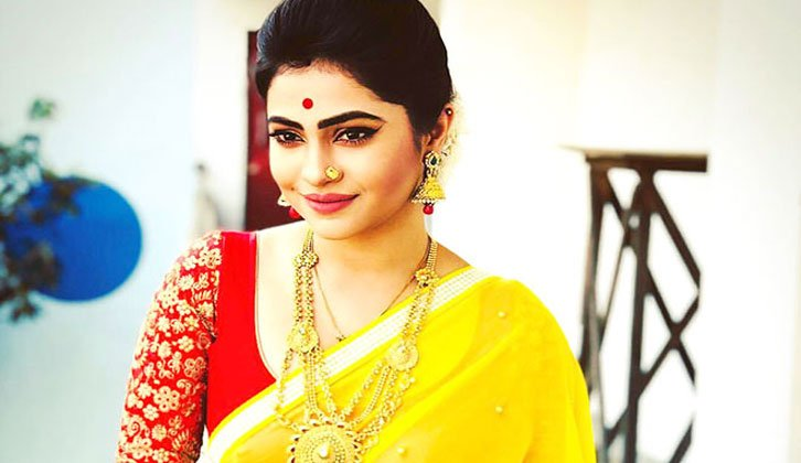 Jasmine-Roy-in-Yellow-Saree