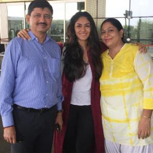 Mrunal with her parents